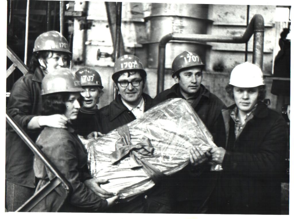 Первый брикет каучука в руках работников  завода СКИ 3 №2 (1978 год).