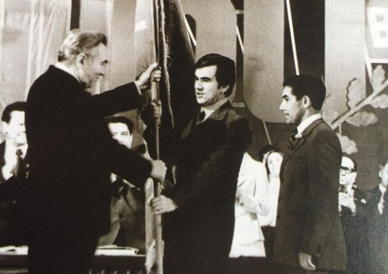Первый секретарь Татарского обкома КПСС Фикрят Табеев вручает знамя первому секретарю Татарского обкома ВЛКСМ Шамилю Агееву на торжестве в честь 60-летия комсомола. 1978 год.