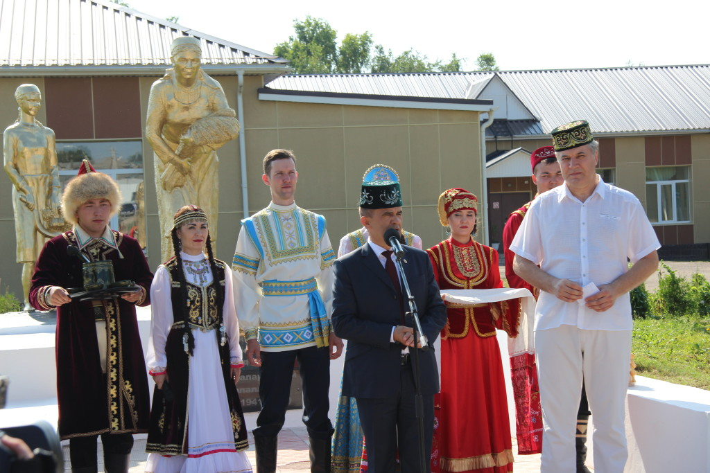 На открытии памятника матерям и детям войны Энгель Навапов
