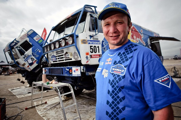 GEPA-09011099011 - ANTOFAGASTA,CHILE,09.JAN.10 - MOTORSPORT, MOTOCROSS, TRUCK, RALLY DAKAR - Image shows a mechanic and the truck of Vladimir Chagin, Sergey Savostin und Eduard Nikolaev (RUS/ Kamaz). Photo: GEPA pictures/ Marcelo Maragni/ Red Bull Photofiles - For editorial use only. Image is free of charge.