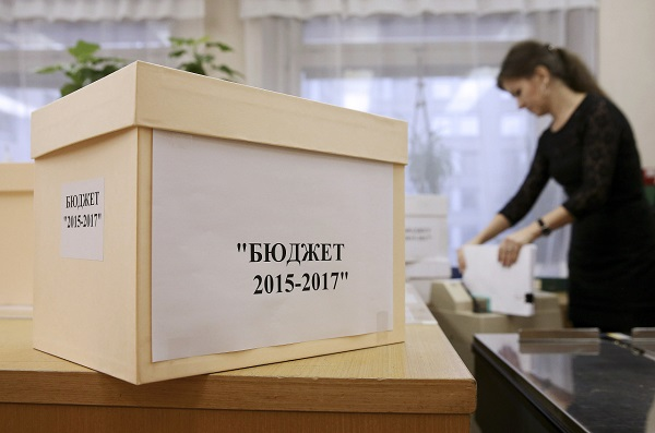 "ITAR-TASS: MOSCOW, RUSSIA. SEPTEMBER 30, 2014. Staff of Russia's House of Government (White House) handle documents for draft federal budgets for 2015, 2016, and 2017 which are to be delivered in the State Duma. (Photo ITAR-TASS/ Yekaterina Shtukina)  Россия. Москва. 30 сентября. Коробка с документами проекта закона ""О федеральном бюджете на 2015 год и на плановый период 2016 и 2017 годов"" в Доме правительства РФ перед отправкой в Государственную Думу РФ. Фото ИТАР-ТАСС/ Екатерина Штукина"