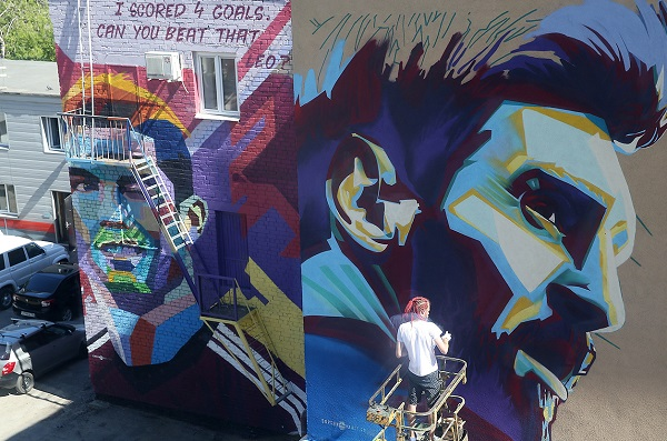 "KAZAN, RUSSIA - JUNE 29, 2018: Murals depicting Portuguese footballer Cristiano Ronaldo (L) and Argentinian footballer Lionel Messi by Ramada Kazan City Centre Hotel where the Argentina national team is to stay ahead of the 2018 FIFA World Cup Round of 16 match against France. Yegor Aleyev/TASS  –осси€.  азань. √раффити с изображением аргентинского футболиста Ћионел€ ћесси и португальского футболиста  риштиану –оналду (справа налево) у отел€ Ramada, в котором разместитс€ сборна€ јргентины перед матчем 1/8 финала чемпионата мира по футболу - 2018 против сборной 'ранции. ≈гор јлеев/""ј——"