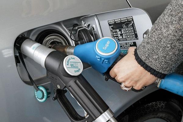 Mercedes-Benz E 200 NGT: Bivalenter Erdgas-/Benzinantrieb ;  Mercedes-Benz E 200 NGT: bivalent natural gas/petrol drive;