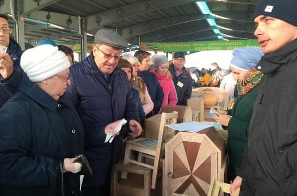 Большим спросом на ярмарке пользовалась деревянная мебель