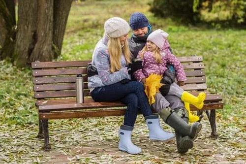 на скамейке в парке