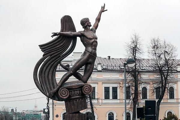 памятник нуриеву-min