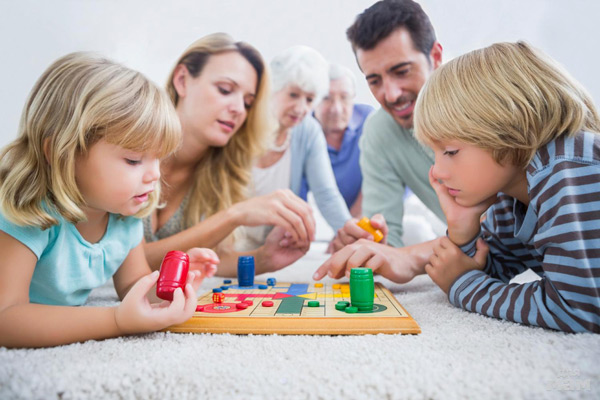 родители-играют-с-детьми