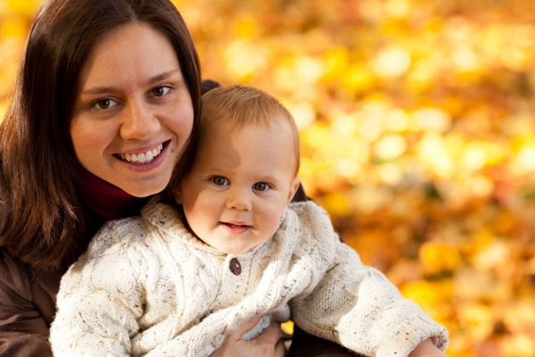mom_and_child_in_autumn_208799