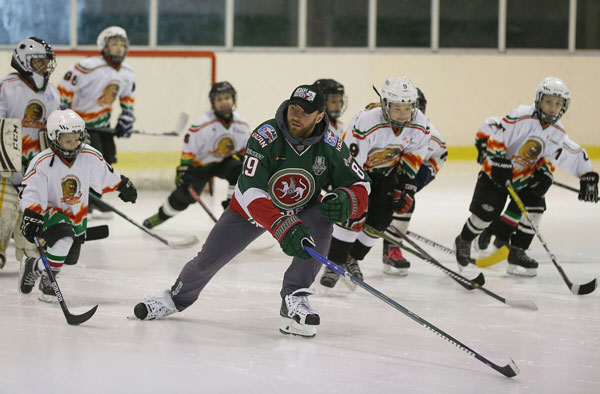 мастер-класс-для-юных-хоккеистов-местной-команды-Арслан