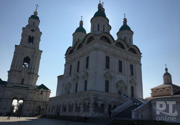 Падающая-Пречистенская-колокольня-Успенского-собора