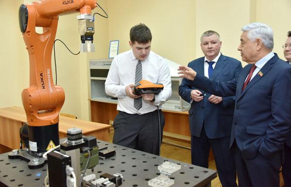 Фарид-Мухаметшин-на-встрече-со-студентами-Казанского-авиационно-технического-колледжа