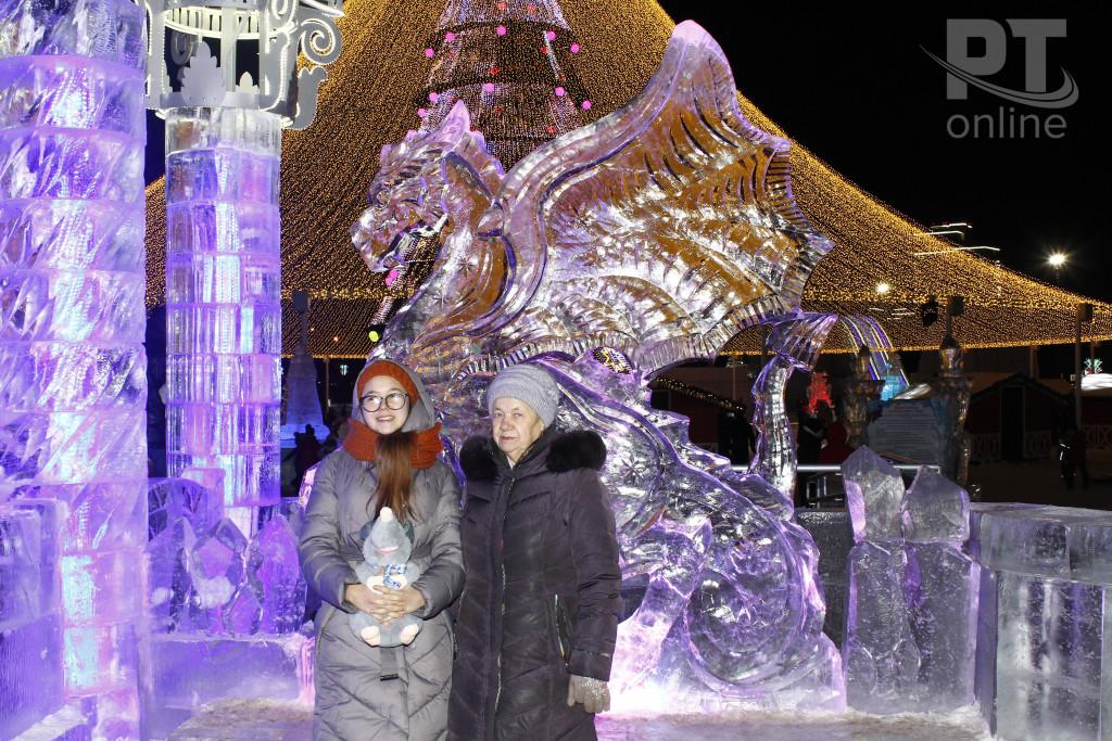 Новый год_Казань Главная Елка_бабушка и внучка_A8G9882
