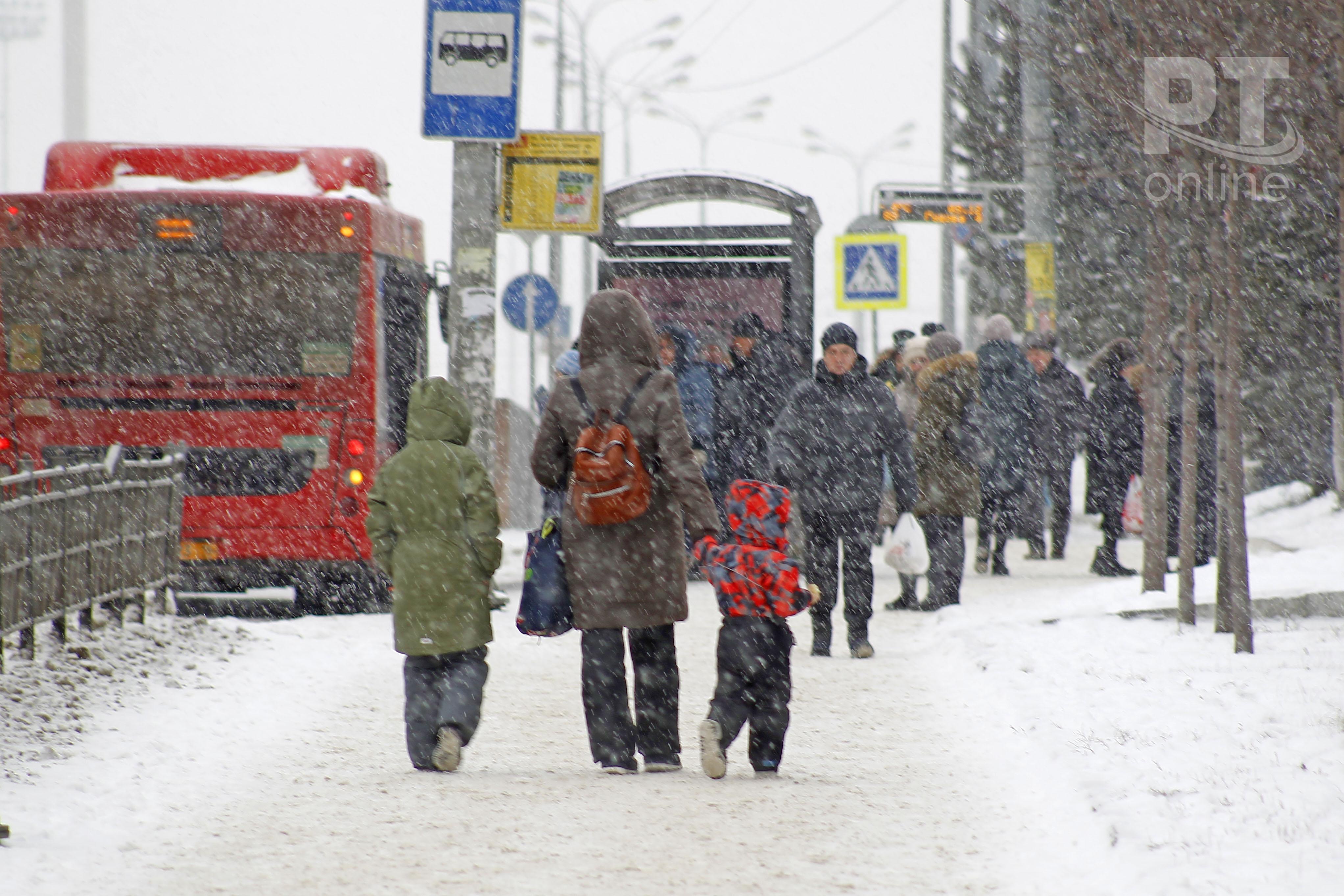 Снег_автобусная остановка_мама с детьми_A8G4496