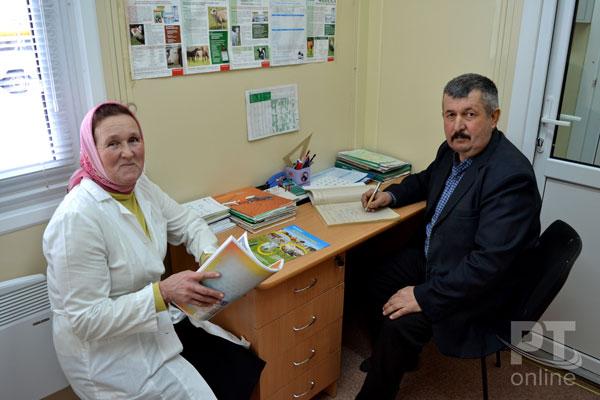 Заведующий Юлдус Багаутдинов и ветсанитар Рафидя Ягудина