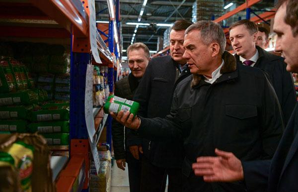 Минниханов-побывал-в-оптово-розничного-гипермаркете-в-Казани