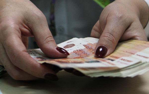присвоила-деньги