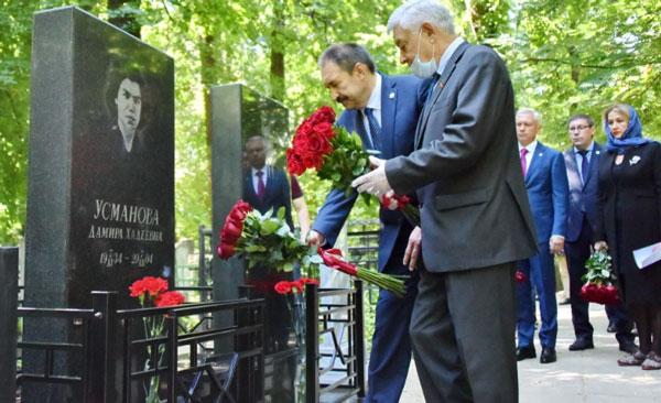Мухаметшин-возложил-цветы-к-местам-захоронения-Председателей-Совета-Министров-ТАССР