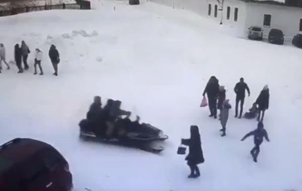 наед-езд-на-снегоходе